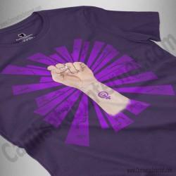 Camiseta Día de la Mujer luchadora chica color violeta perspectiva cerca